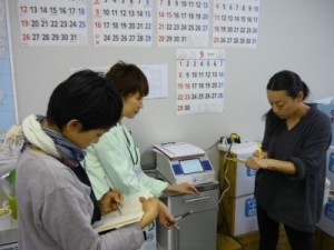 Mothers recording the results of food and soil radiation tests (right). Photo Courtesy http://iwakinomama.jugem.jp